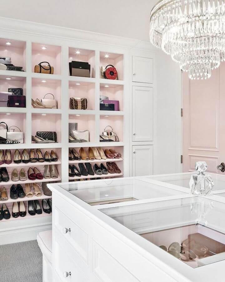 decoração para closet luxuoso com lustre redondo de cristais e ilha com tampo de vidro Foto Amanda Pierce