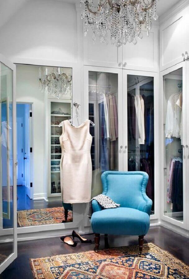decoração para closet luxuoso com poltrona azul Foto Ideias Decor
