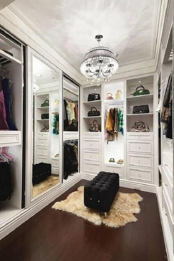 decoração para closet luxuoso pequeno com móveis planejados e puff preto Foto Warna Home