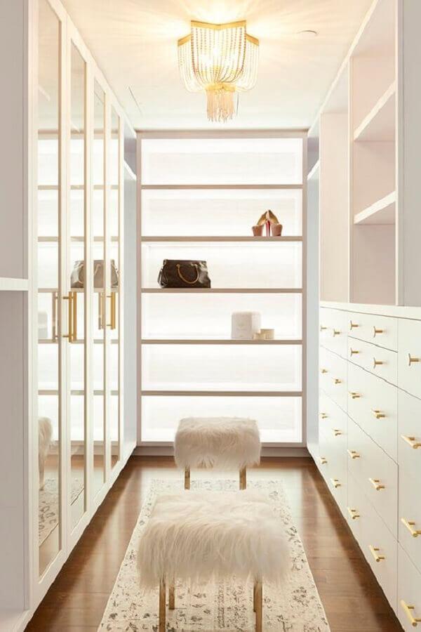 decoração para closet luxuoso todo branco com detalhes dourados Foto Desire to Inspire