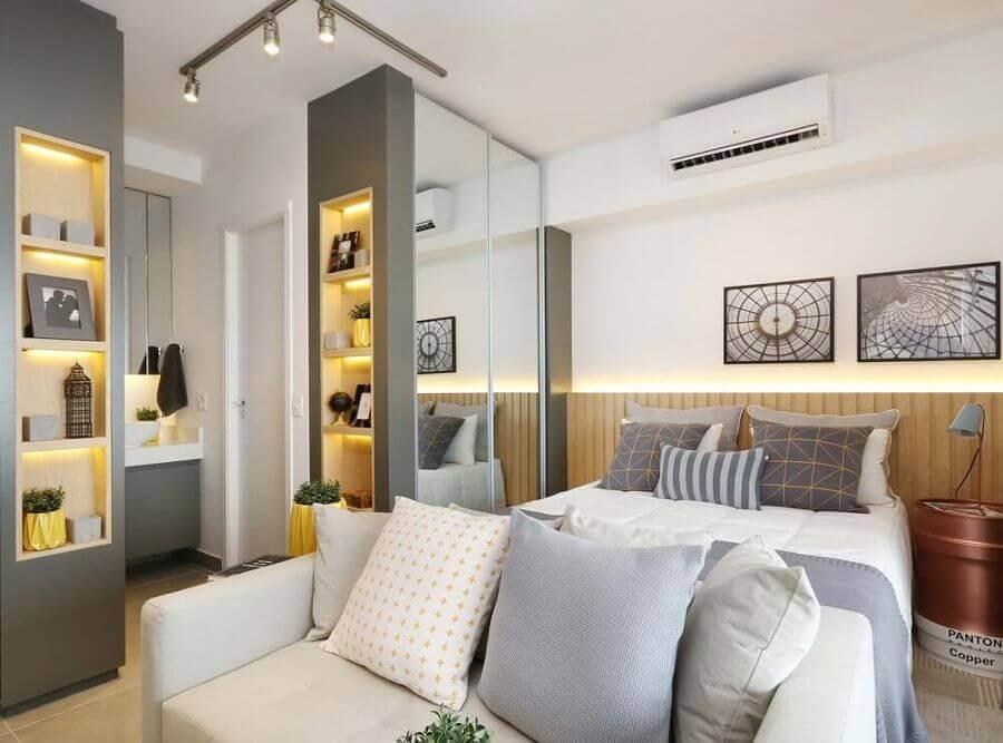 decoração para quarto cinza e branco com modelo pequeno de guarda roupa com espelho Foto Sesso e Dalanezi