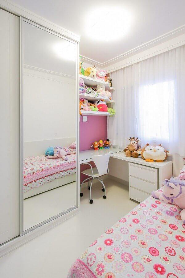 decoração para quarto feminino infantil com guarda roupa branco com espelho Foto Caroline Manfrin
