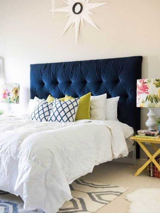 decoração para quarto todo branco com cabeceira estofada azul marinho Foto Apartment Therapy
