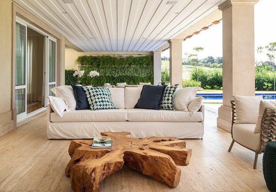 decoração para varanda com móveis rústicos e sofá branco