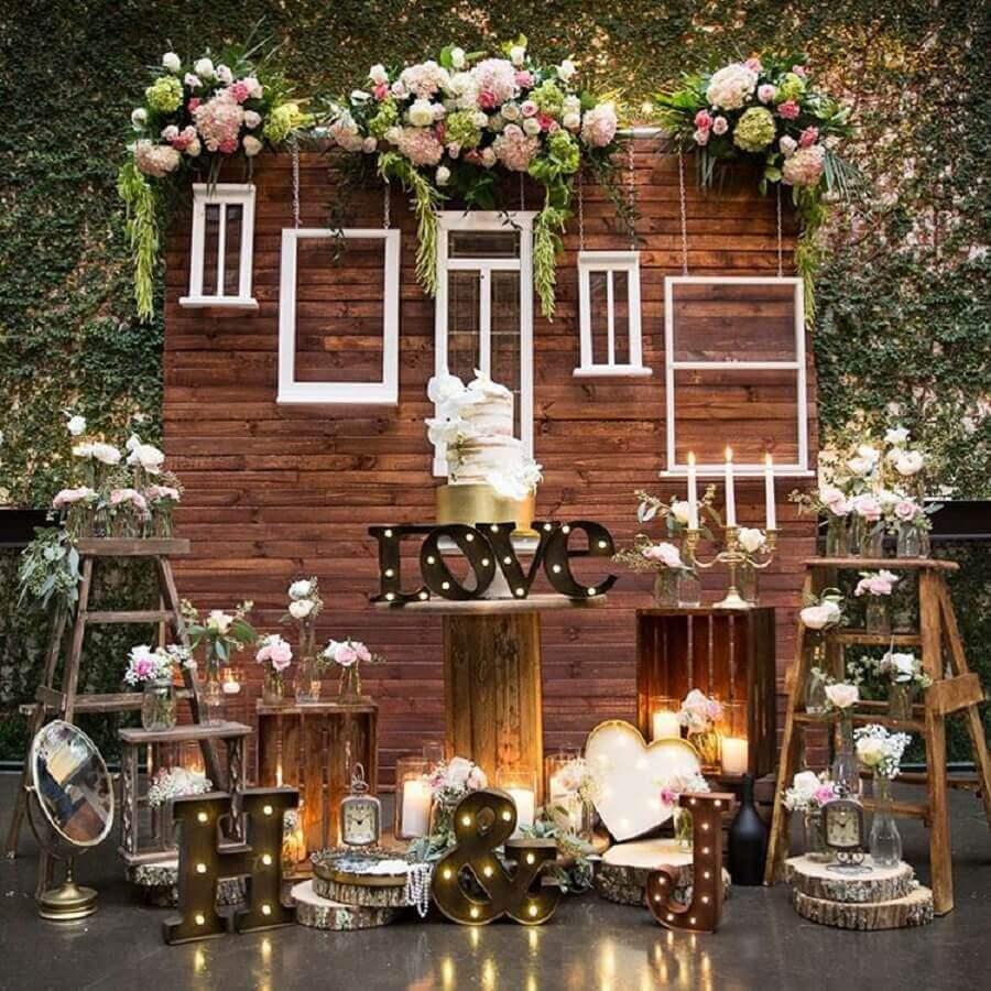 decoração romântica com painel de madeira para mini wedding Foto WedMeGood