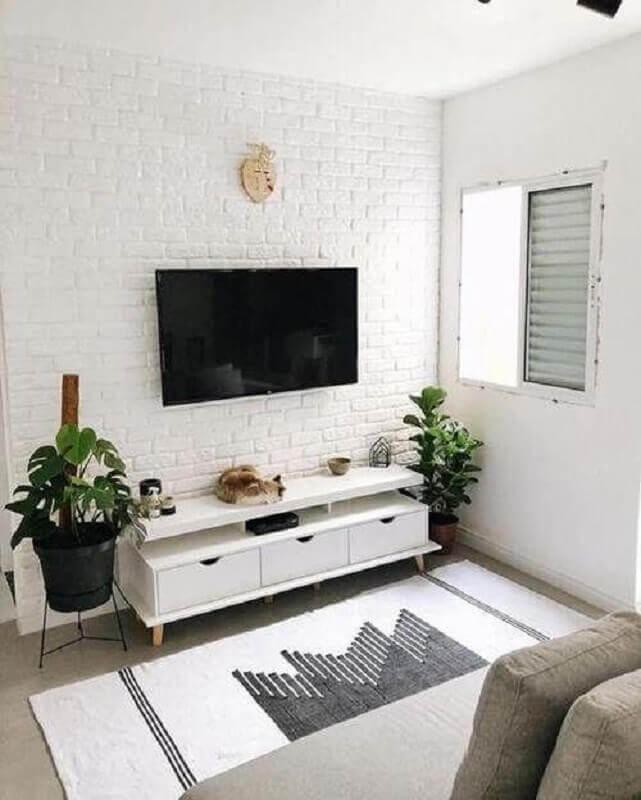 decoração simples com rack pequeno para sala com parede de tijolinho branco Foto Decoração de Casa