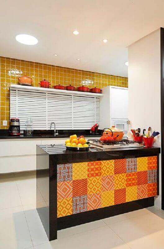 decoração simples para cozinha amarela com bancada preta Foto Dcore Você
