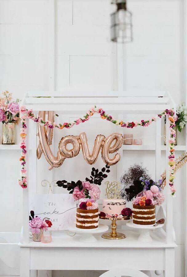 decoração simples para mesa de bolo de mini wedding com balão LOVE Foto 100 Layer Cake