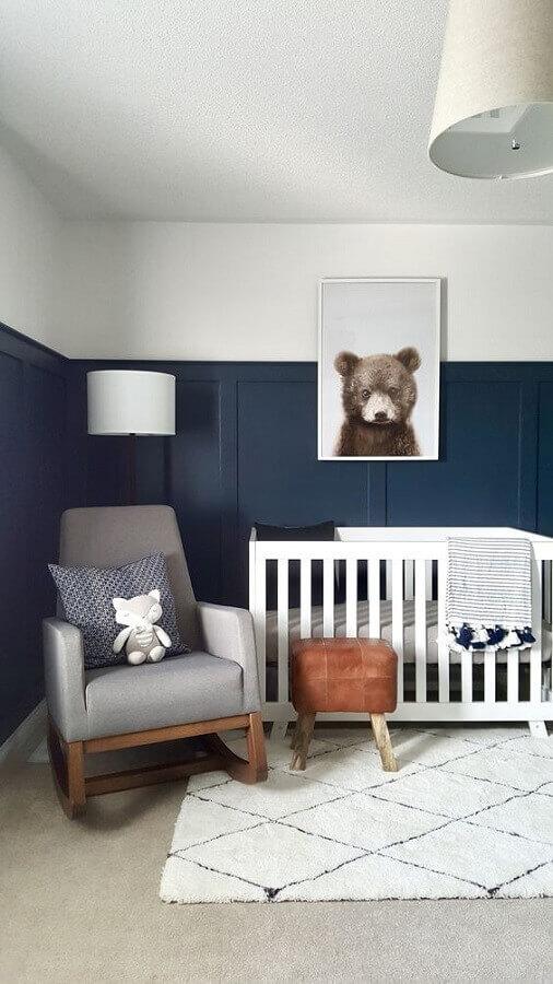 decoração simples para quarto de bebê azul marinho com poltrona cinza Foto Project Nursery