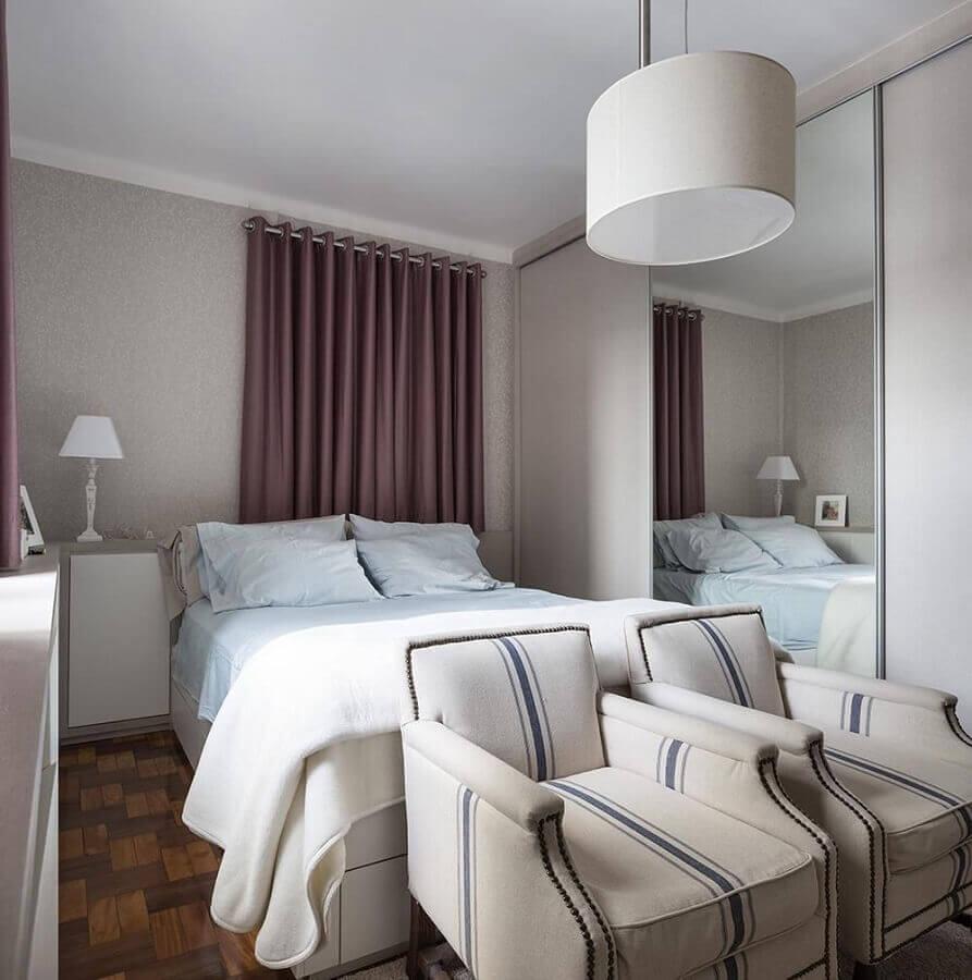 decoração simples para quarto de casal com poltronas e guarda roupa branco com espelho Foto Kali Arquitetura
