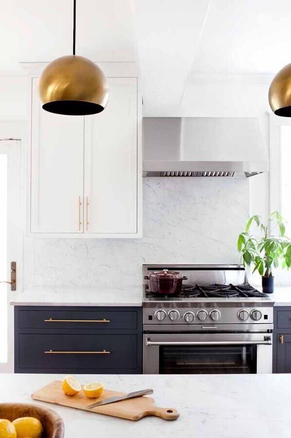 decoração sofisticada para cozinha com armário azul marinho e detalhes em dourado Foto Home Frame Design