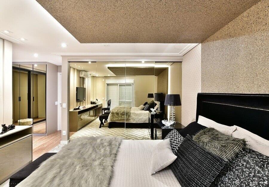 decoração sofisticada para quarto de casal com guarda roupa grande com espelho Foto Tetriz Arquitetura e Interiores