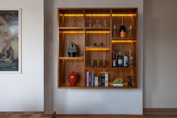 Decoração de bar de madeira fixo na parede