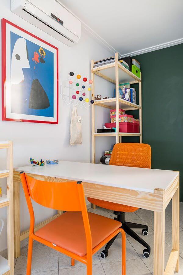 Decoração de quarto infantil com mesinha e estante para brinquedos