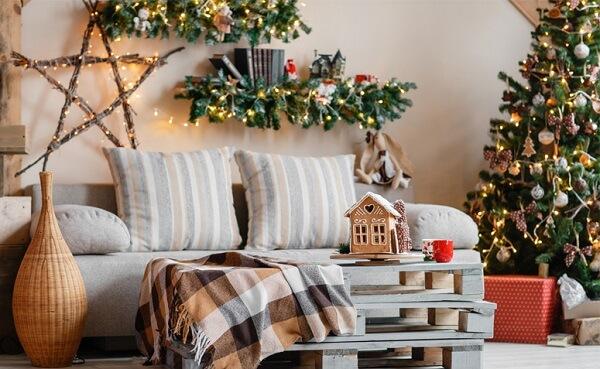 Sala de estar com almofadas de Natal discretas