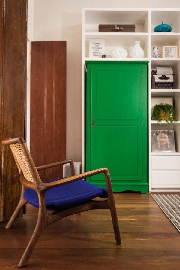 Decoração com almofada para cadeira de madeira na sala de estar