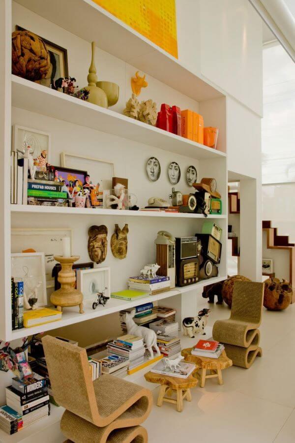 Quarto infantil com uma grande estante para brinquedos