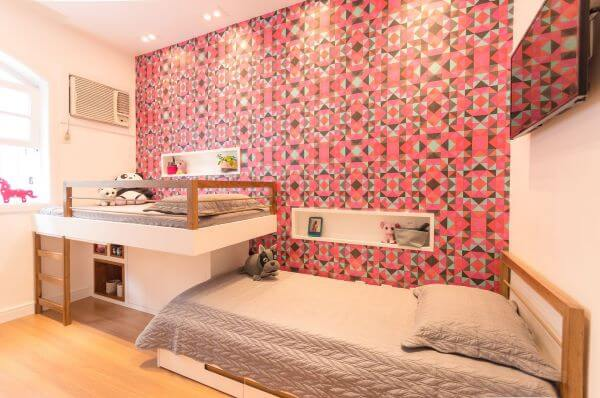 Decoração de quarto feminino com estante para brinquedos no formato nicho