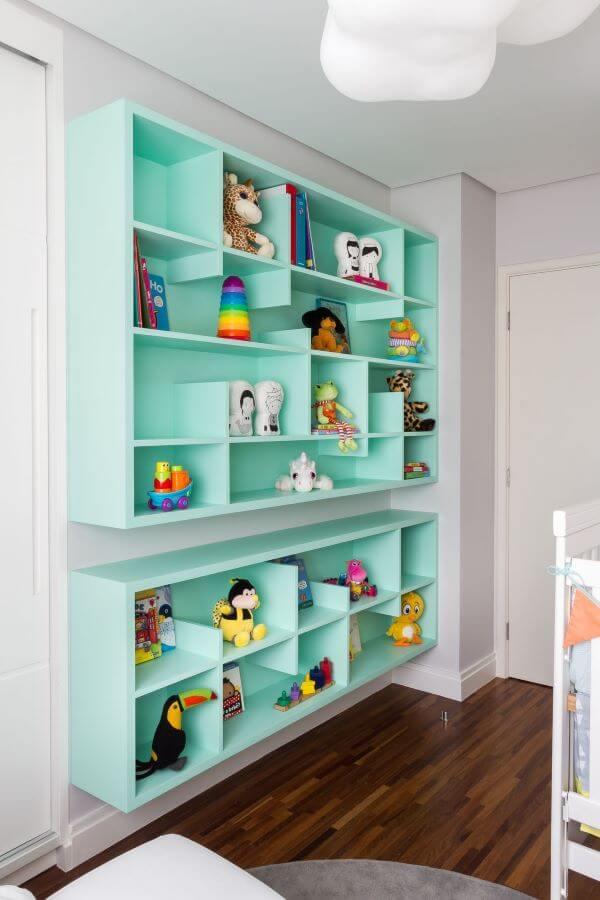 A estante para brinquedos tiffany é alegre e destaca o ambiente
