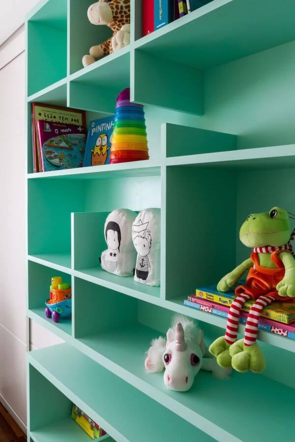 Decoração de quarto de bebê com estante para brinquedos colorida