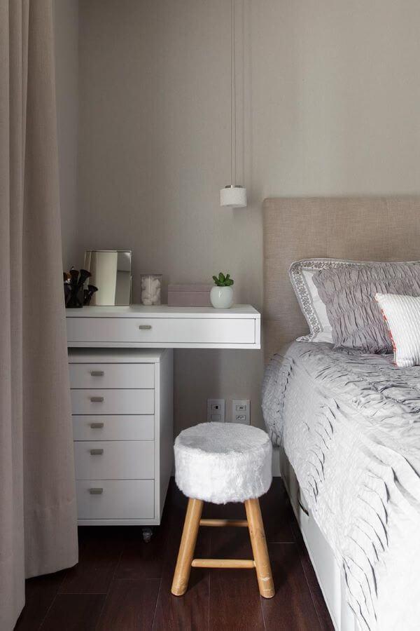 Decoração de quarto de casal com criado mudo branco