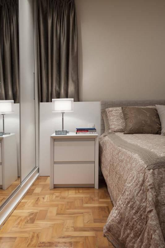 Combine o estilo da decoração do quarto com o criado mudo