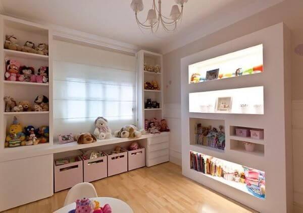Decoração de quarto infantil com estante para brinquedos de pelúcia e caixas organizadoras