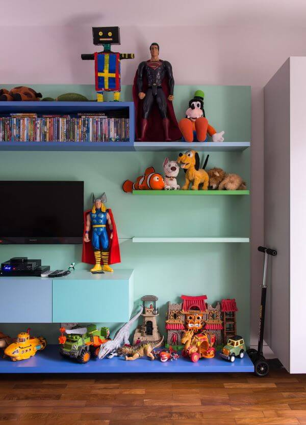 Quarto para menino com estante para brinquedos