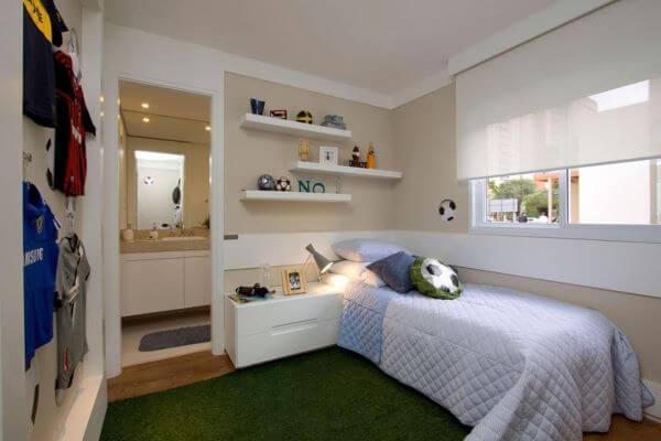 quarto de menino com criado mudo branco