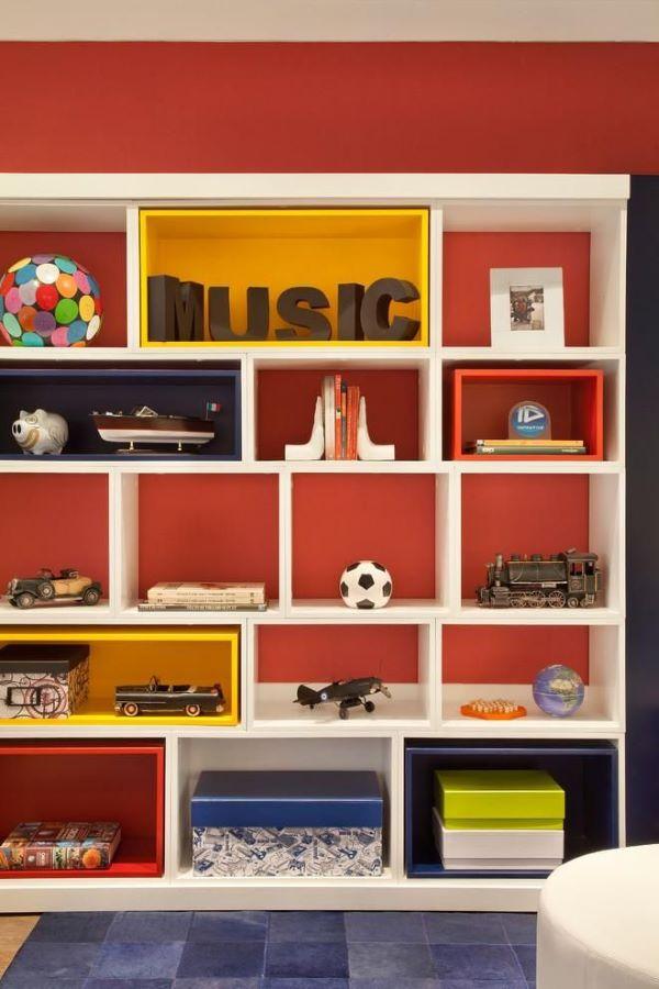 Estante para brinquedos com elementos decorativos