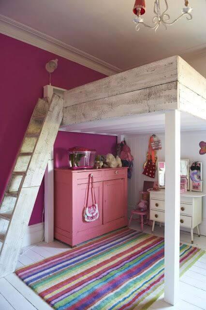 quarto com parede em fúcsia