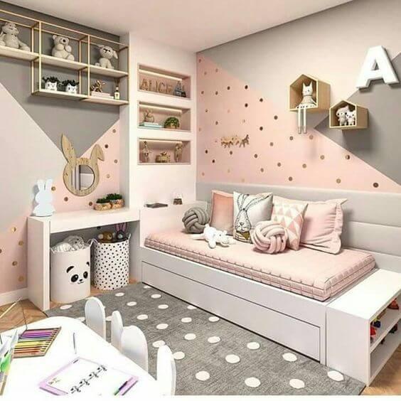 Decoração com estante para brinquedos e nichos de casinha