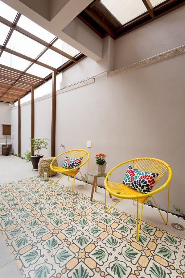 Decoração para casa com cadeira e almofada colorida