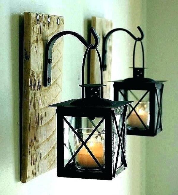 Gancho de parede feito de madeira serve de apoio para as velas do ambiente