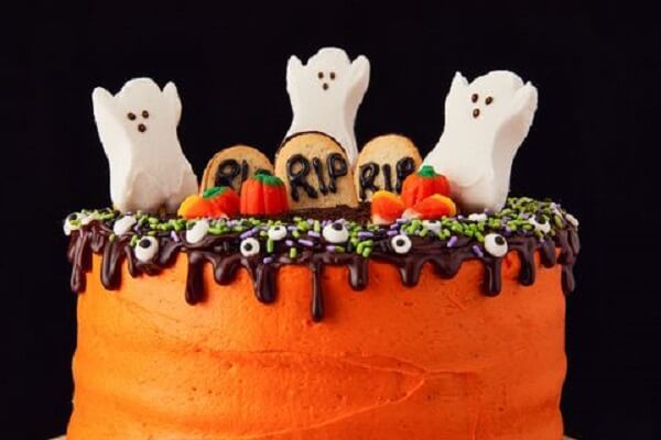 Bolo de Halloween com massa laranja e fantasmas