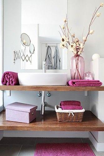 banheiro na cor fúcsia
