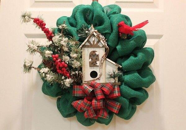 Guirlanda para Natal feita com tecido de juta em tom verde