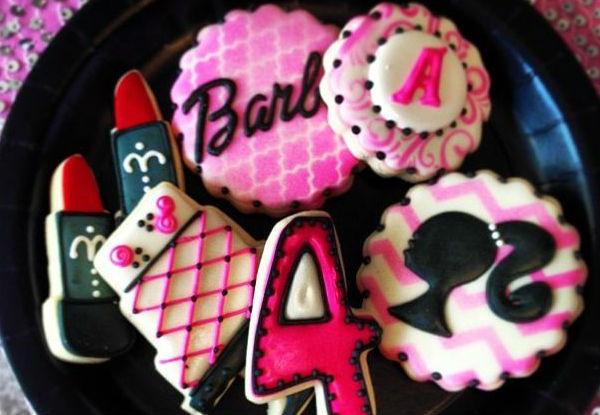 Docinhos personalizados com o tema da festa da barbie