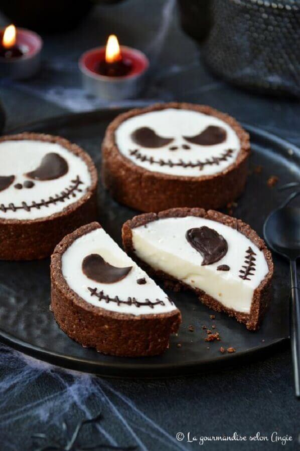 doces decorado para dia das bruxas com rostinho de caveira Foto Pinosy