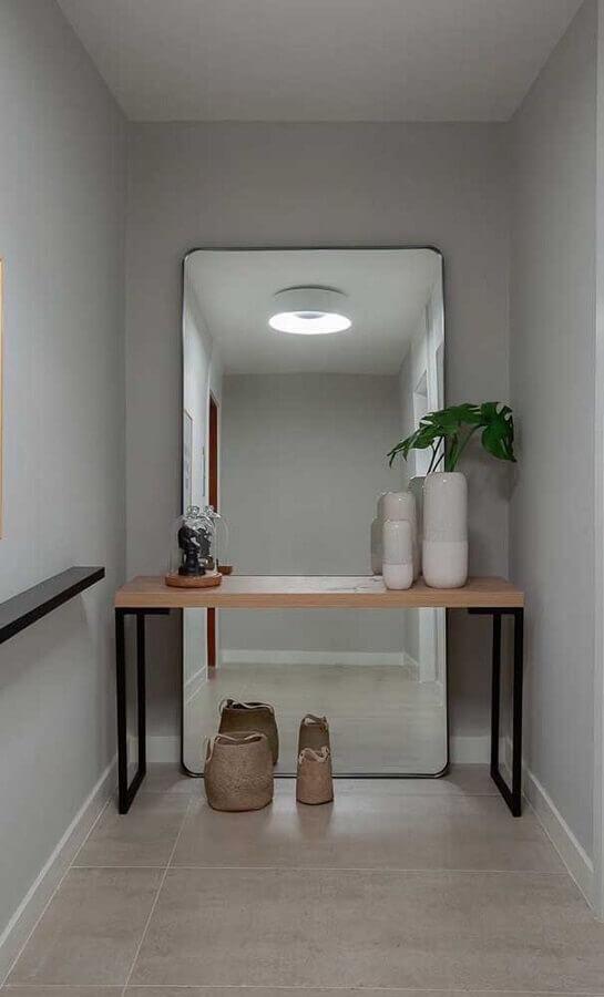 espelho decorativo de chão para corredor cinza decorado com aparador Foto Pinterest