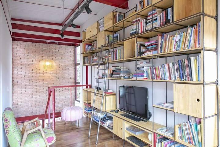 estante com estrutura metálica e nichos de madeira
