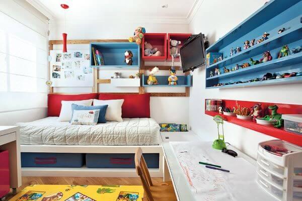 Estante nicho para brinquedos nas cores azul e vermelho