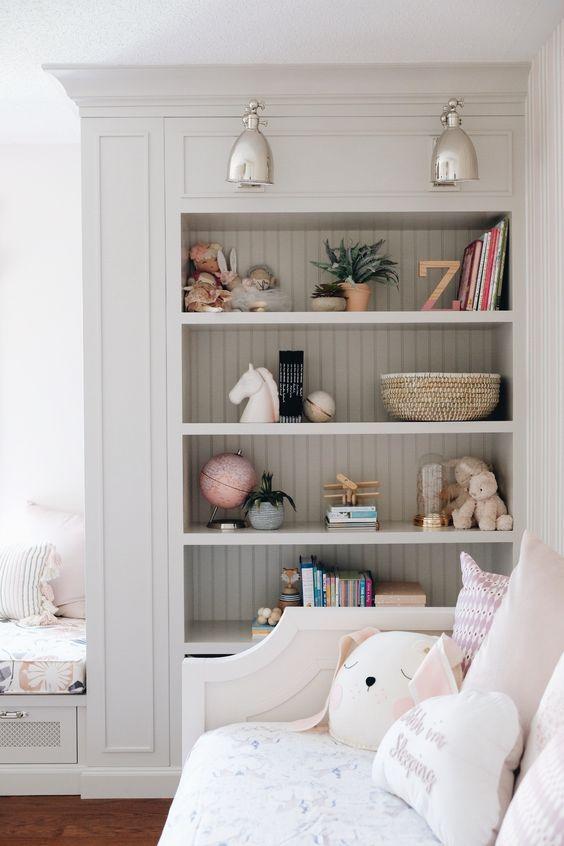 estante para quarto com brinquedos e livros