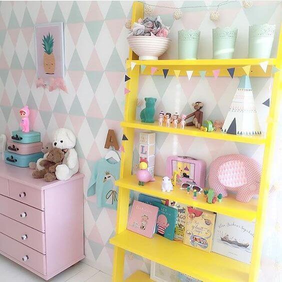 Estante para brinquedos na cor amarela