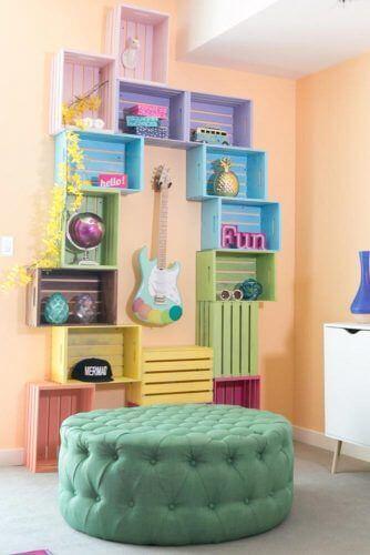 Estante para brinquedos colorida feita de caixotes