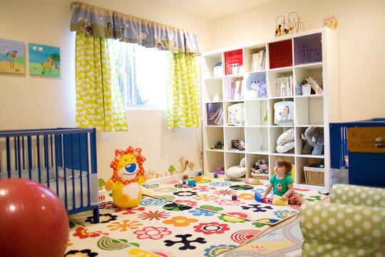 Quarto de bebê com estante para brinquedos