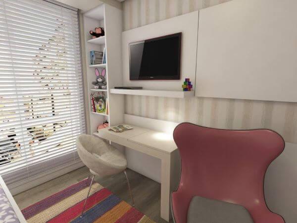 Estante para brinquedos ao lado da tv