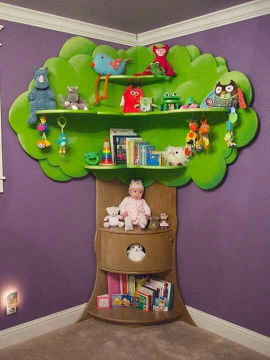 Estante para brinquedos e livros no quarto infantil