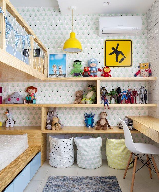 Estante para brinquedos em quarto compartilhado com escrivaninha