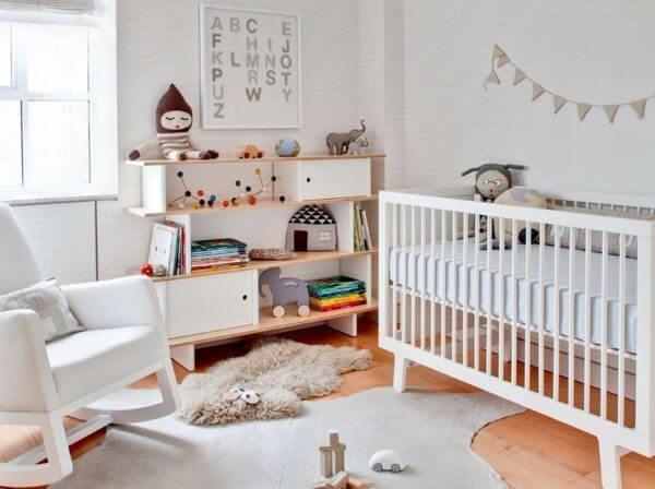 Estante para brinquedos no quarto de bebê